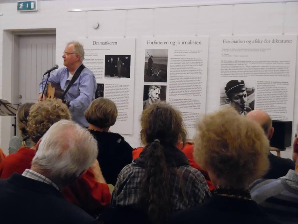 Peter Abrahamsen synger Kaj Munk på vedersø præstegaard